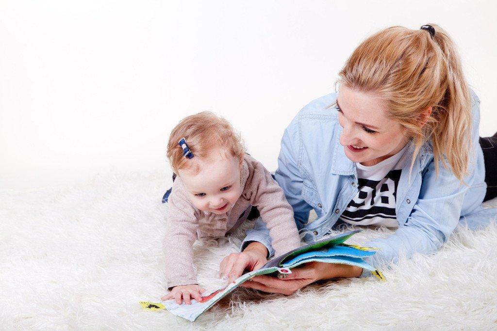Mutter mit Baby und Buch - Deutsches Ferninstitut für Bildung, Pädagogik und Sozialmanagement GmbH