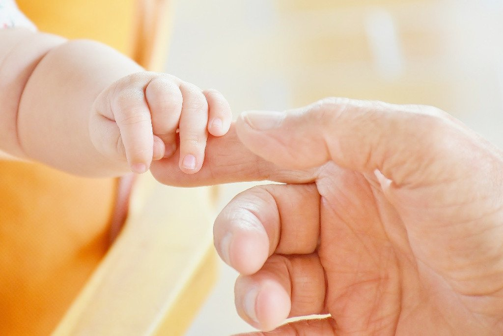 Baby Hand greift nach Zeigefinger - Deutsches Ferninstitut für Bildung, Pädagogik und Sozialmanagement GmbH