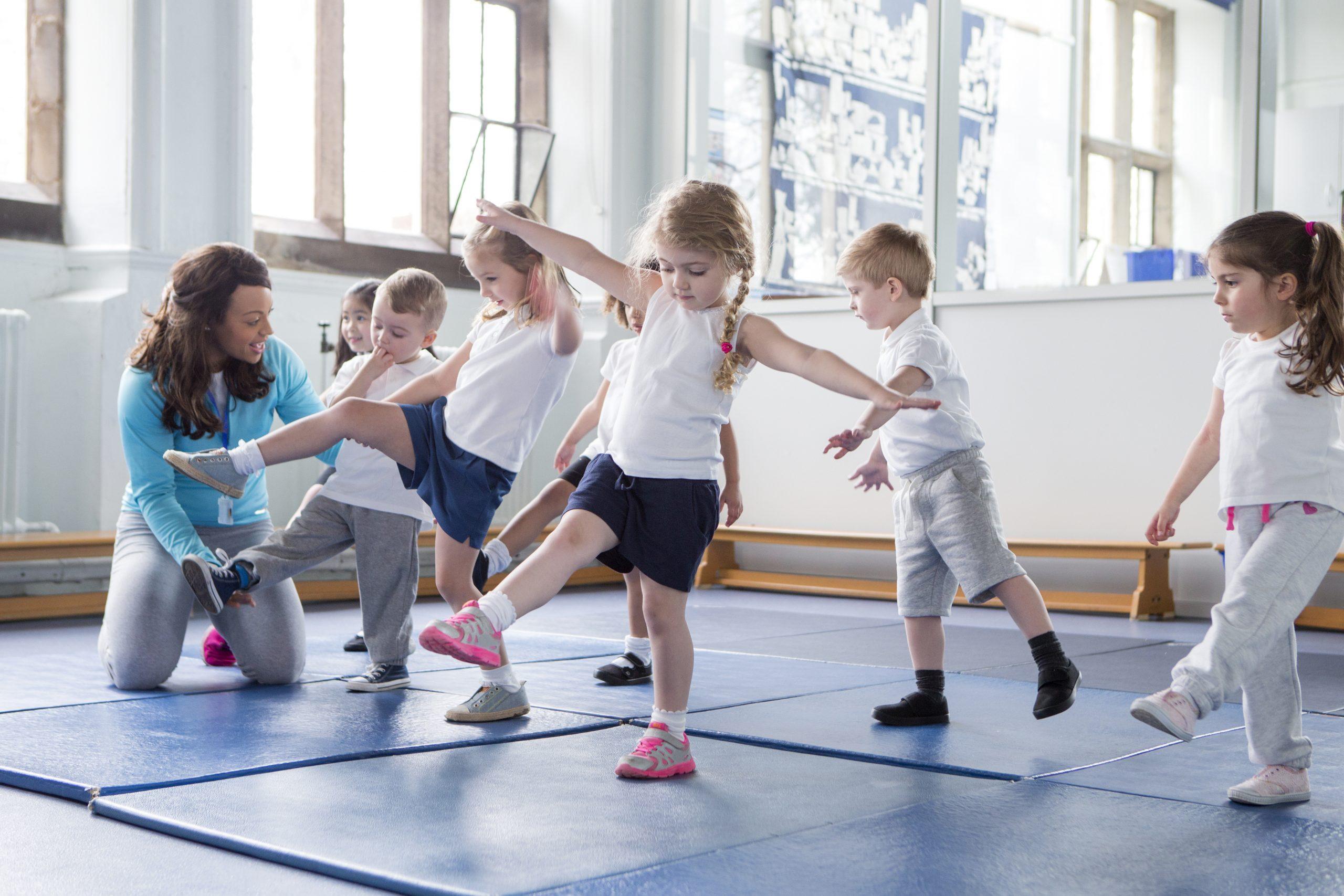 Sportübungen mit jungen Mädchen und Jungs - Deutsches Ferninstitut für Bildung, Pädagogik und Sozialmanagement GmbH